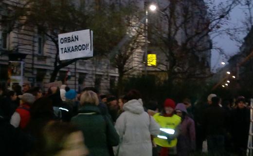 Orbán, takarodj!